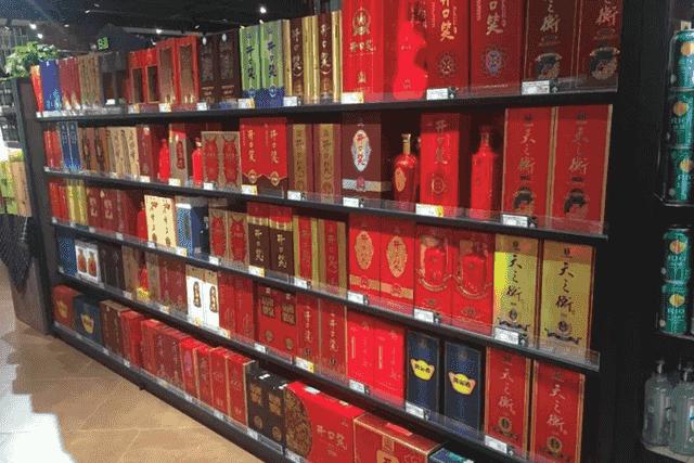 """中国2款""""尴尬酒"""",普通人嫌它包装简陋,行家却用来招待贵宾 好酒无需繁杂包装"""